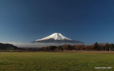 朝もやと芝生と富士山と青空