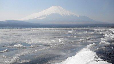 春霞と流氷と富士山