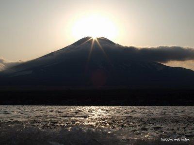 山中湖畔からのダイヤモンド富士