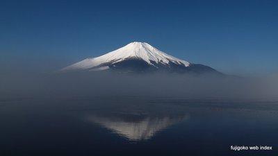 朝もやと逆さ富士