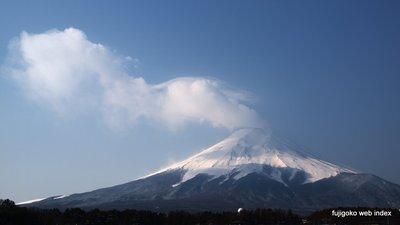 真っ白な富士山と噴煙みたいな雲