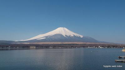 春霞の富士山と山中湖