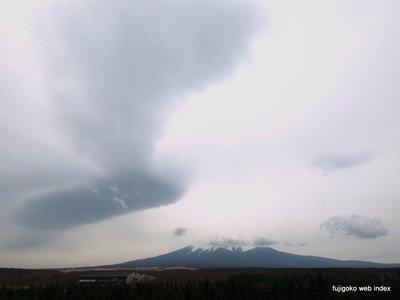 下り坂にふさわしくデカい吊し雲〜富士山
