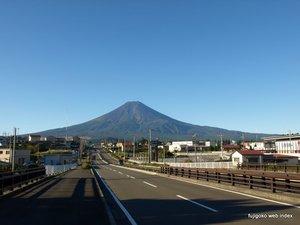朝の富士吉田から富士山
