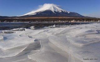 山中湖畔の氷
