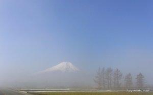 朝もやに浮かぶ富士山