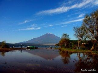 増水の山中湖で逆さ富士