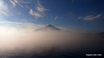 朝靄と冠雪の富士山