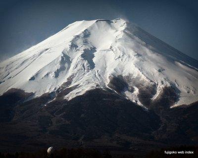 富士山は春の雪化粧